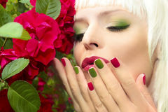 Manicura y maquillaje azulverdes rojos de moda Imagen de archivo