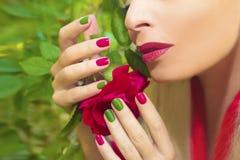 Manicura y maquillaje azulverdes rojos de moda Fotos de archivo libres de regalías