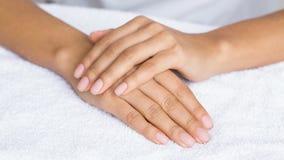 Обнаженный маникюр Женские руки на белом полотенце стоковое изображение rf