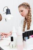 Manicure на салоне красотки стоковые фотографии rf