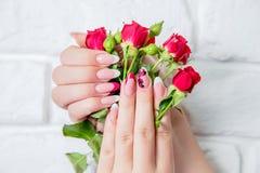 Manicure alla moda su un fondo dei fiori, salone di bellezza Fotografia Stock Libera da Diritti