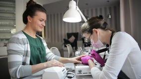 Manicure alto vicino dell'hardware in un salone di bellezza Trapano elettrico dell'archivio di unghia di uso del manicure al mani archivi video