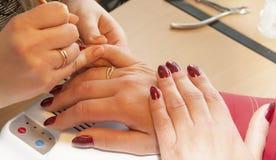manicure Aplicando um teste padrão fino da escova Imagens de Stock Royalty Free