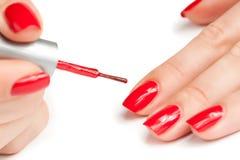 Manicure. att applicera spikar polskt. makro Arkivbilder