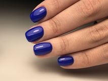 Manicure blu perfetto della lucidatura del gel Fotografia Stock