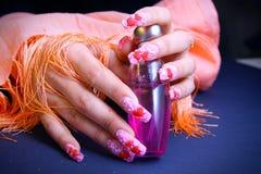 Manicure bonito na mão feminino Foto de Stock Royalty Free