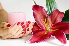 Manicure, cnadle e lírio Fotos de Stock