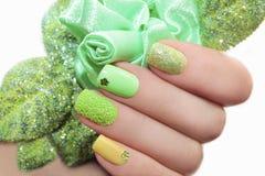 Manicure con la rosa di verde Fotografia Stock Libera da Diritti