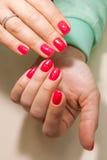 Manicure - de foto van de Schoonheidsbehandeling van aardig manicured vrouwenvingernagels met rood nagellak Stock Foto's