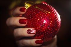 Manicure in de Nieuwjaar` s Oosterse stijl met een hiëroglief: vit Stock Afbeeldingen