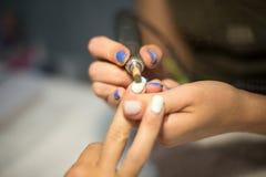 Manicure dell'hardware Rimozione di vecchia vernice del gel nel salone La procedura facente matrice di bellezza del manicure per  Fotografia Stock