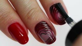 Manicure di arte dell'unghia con cuore archivi video