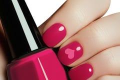 Manicure di arte dell'unghia del biglietto di S. Valentino Stile di festa di giorno di biglietti di S. Valentino luminoso Fotografia Stock