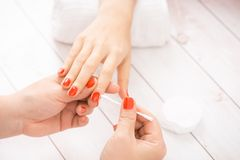 Manicure die in een salon van het schoonheidskuuroord maken royalty-vrije stock afbeelding