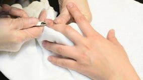 Manicure die opperhuid verwijderen uit de spijker stock video