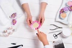 manicure die steekproeven van spijkervernissen tonen aan vrouw royalty-vrije stock fotografie