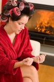 Manicure domestico della donna di bellezza con i bigodini Fotografia Stock Libera da Diritti