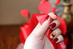 Manicure e composizione esclusivi per il giorno del ` s del biglietto di S. Valentino immagine stock libera da diritti