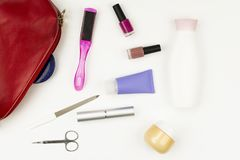 Manicure el bolso y las herramientas, careconcept del clavo del ` s de la pierna en el fondo blanco Endecha plana Foto de archivo libre de regalías