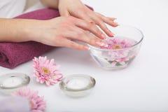 Manicure en Hands Spa De mooie vrouw overhandigt close-up Stock Foto