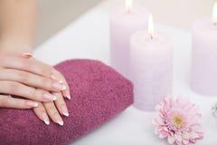 Manicure en Hands Spa De mooie vrouw overhandigt close-up Royalty-vrije Stock Afbeelding