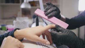 Manicure en salón de belleza - los fingeres y los clavos imagenes de archivo