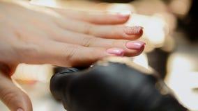 Manicure en salón de belleza - los fingeres y los clavos fotografía de archivo libre de regalías