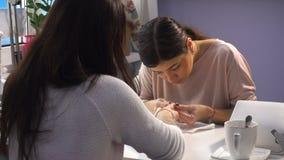 Manicure facente matrice del manicure della donna stock footage