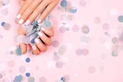 Manicure femminile d'avanguardia alla moda Fotografie Stock