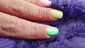 Manicure femminile della mano, pelliccia stock footage