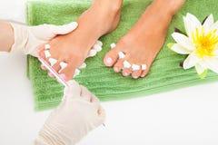 Manicure Filing che una femmina inchioda Immagine Stock