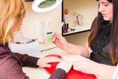 Manicure Filing Finger Nails voor Cliënt royalty-vrije stock afbeeldingen