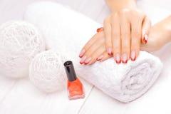 Manicure francese con il fiore rosso del papavero Fotografie Stock