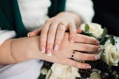 Manicure francese sulle mani della sposa Immagini Stock