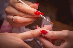 manicure Hoofd maak spijkeruitbreiding stock afbeeldingen