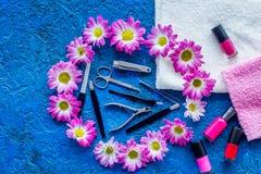 Manicure i skönhetsalong Hjälpmedel för manikyr, spikar polermedel och handdukar på blå skrivbords- sikt Royaltyfri Bild