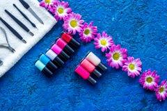 Manicure i skönhetsalong Hjälpmedel för manikyr, spikar polermedel och handdukar på blå skrivbords- siktscopyspace Arkivbilder