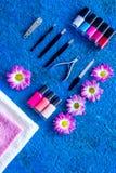 Manicure i skönhetsalong Hjälpmedel för manikyr, spikar polermedel och handdukar på blå skrivbords- siktscopyspace Arkivbild