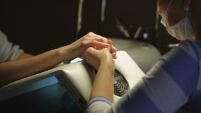 Manicure il processo nel salone di bellezza che mostra il riempimento e la lucidatura delle unghie video d archivio