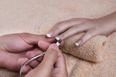 manicure Klippa nagelbandet fotografering för bildbyråer