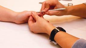 Manicure la peinture et les ongles de polissage dans le salon de station thermale Photographie stock libre de droits