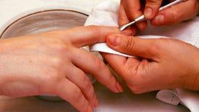 Manicure la peinture et les ongles de polissage dans le salon de station thermale Image stock
