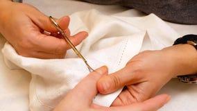 Manicure la peinture et les ongles de polissage dans le salon de station thermale Images stock