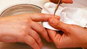 Manicure la peinture et les ongles de polissage dans le salon de station thermale Images libres de droits