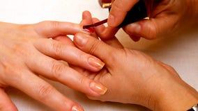 Manicure la peinture et les ongles de polissage dans le salon de station thermale Photos stock