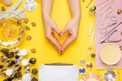 Manicure-lavoro con le unghie, cura di bellezza La donna ottiene le unghie di un manicure L'estetista mette i chiodi al cliente,  fotografie stock libere da diritti