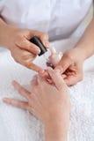 Manicure le procédé. Salon de beauté. Photos libres de droits
