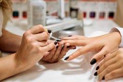 Manicure le processus dans le salon de beauté, fermez-vous  Photo libre de droits