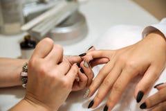 Manicure le processus dans le salon de beauté, fermez-vous  Images stock