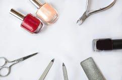 Manicure los artículos en el fondo blanco, esmalte de uñas, fichero, clavos imagen de archivo